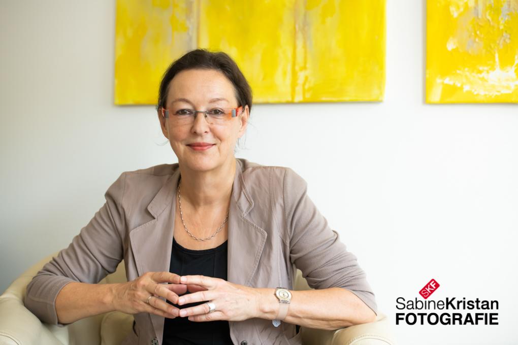 Businessportrait Von Dr. Ursula Neidhardt Vor Ort In Wiesbaden Fotografiert